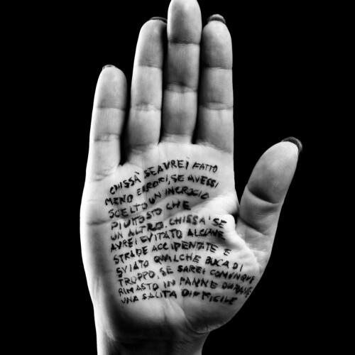 Un libro sul palmo di una mano – A book on a palm of a hand